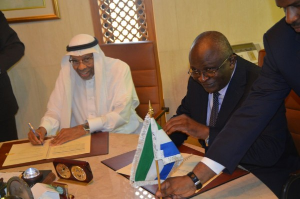 Finance Minister signing a grant with IDB President